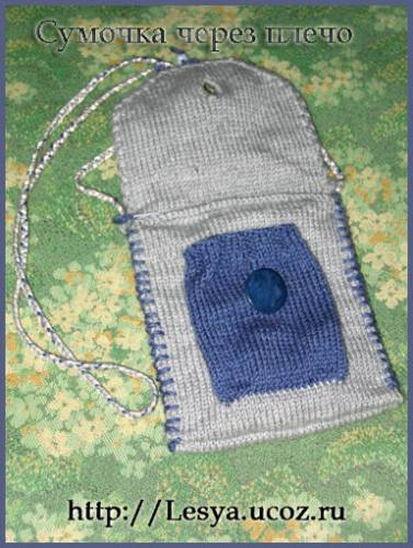маленькая вязаная круглая сумочка.